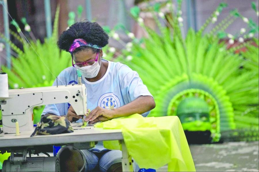 Costureras de escuelas de samba  ahora hacen trajes médicos en Brasil