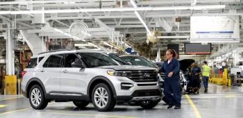 Reabren automotrices en México para abastecer a EU