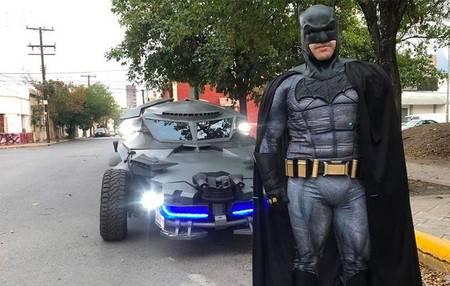 Aparece Batman en su Batimovil en Monterrey y pide no salir de casa