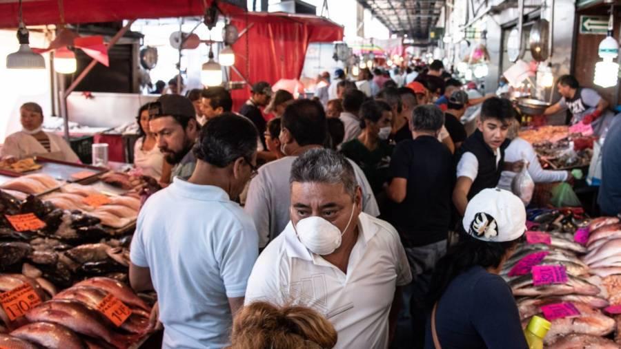 Pese a contingencia, abarrotan mercado La Viga