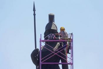 Ponen cubrebocas a La Minerva en Guadalajara; invitan a quedarse en casa