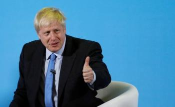 Boris Johnson sale de cuidados intensivos