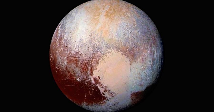 Evidencias sugieren que hay océano bajo la corteza de Plutón