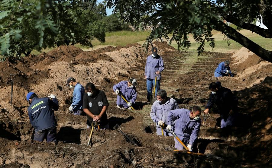 A la espera del impacto por Covid-19, cementerio cava más fosas en Argentina