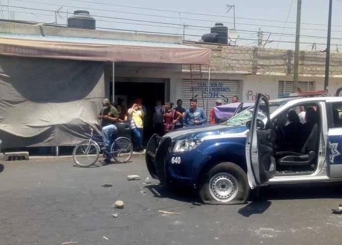 Policías y comerciantes se enfrentan en Valle de Chalco