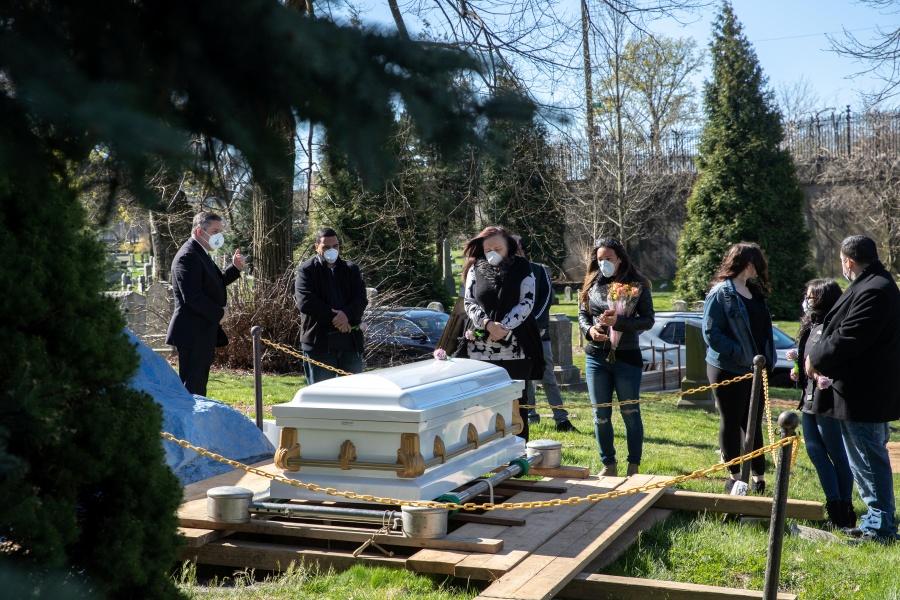 Supera EU 30 mil muertes por  Covid; cementerios de NY colapsan