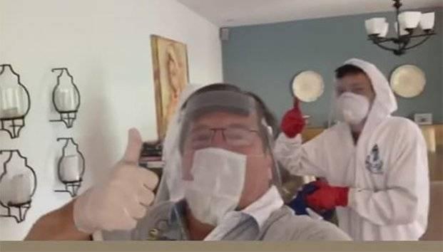 Miguel Herrera prende las redes por ponerse mal el cubrebocas