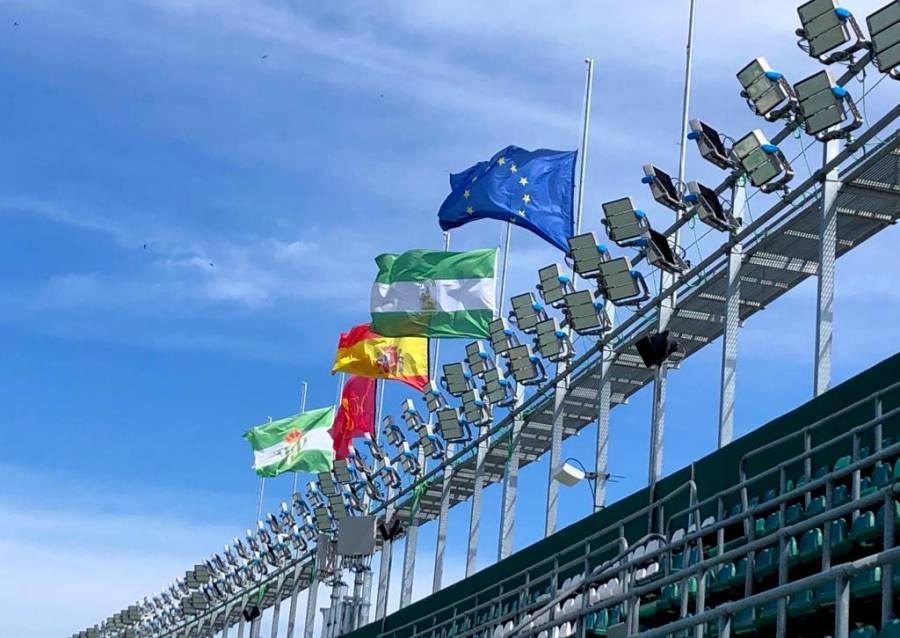 Estadio de Betis ondea banderas a media asta por fallecimientos de Covid-19