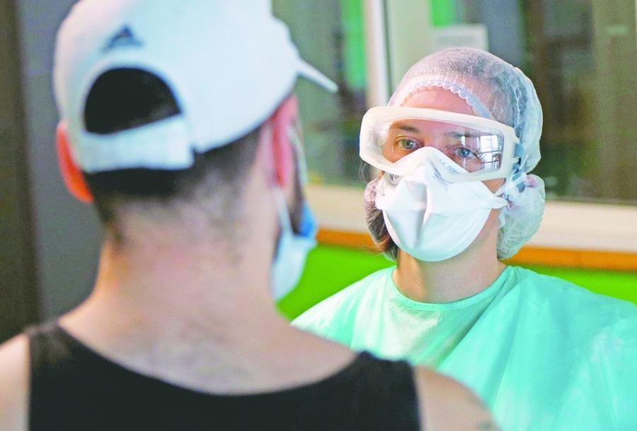 Médicos, peluqueros, aeromozas…  con más riesgo de contraer Covid