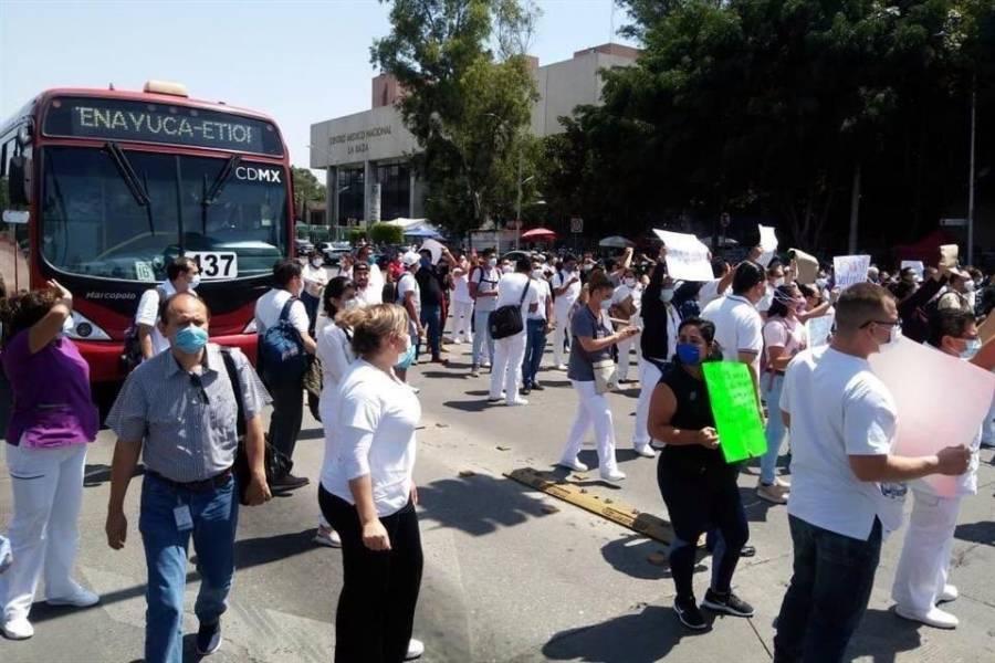 Personal médico del Hospital La Raza bloquea Calzada Vallejo