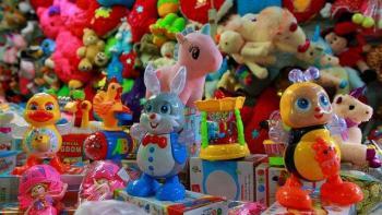Niño cambia juguetes por despensa en Tijuana