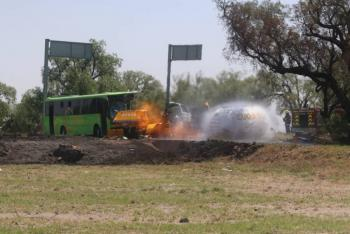 Choca autobús y pipa de gas dejando un muerto en Zumpango