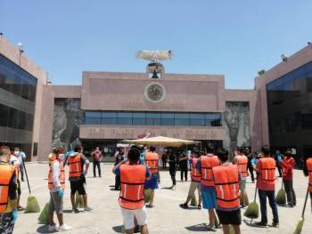 En Durango arrestan a jóvenes que no respetaron cuarentena y los ponen a barrer