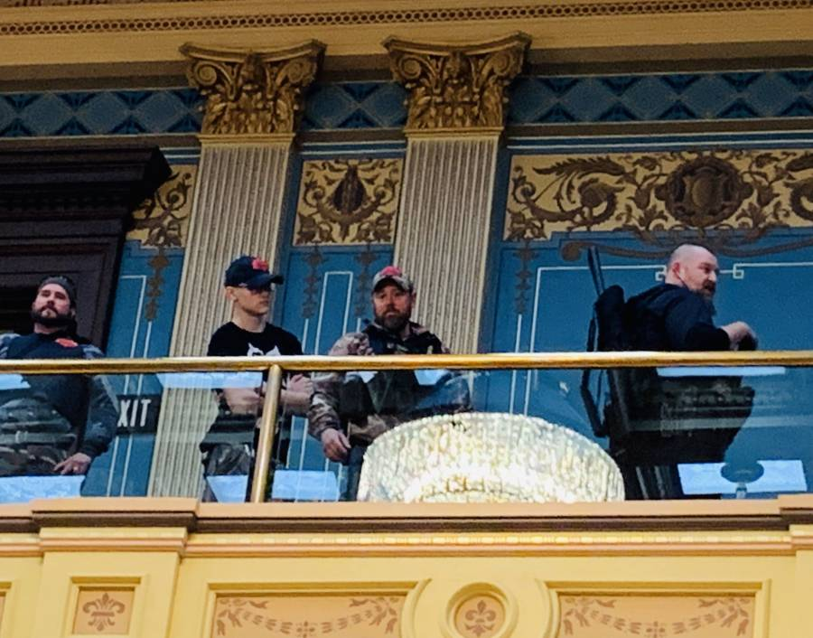 Hombres armados irrumpen en capitolio; exigen levantar confinamiento