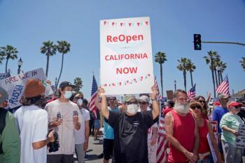 Manifestantes protestan por el cierre de playas en California