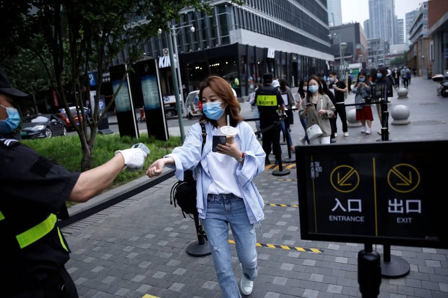 """Robots, cámaras y """"espías"""": el método  chino para controlar el Covid-19"""