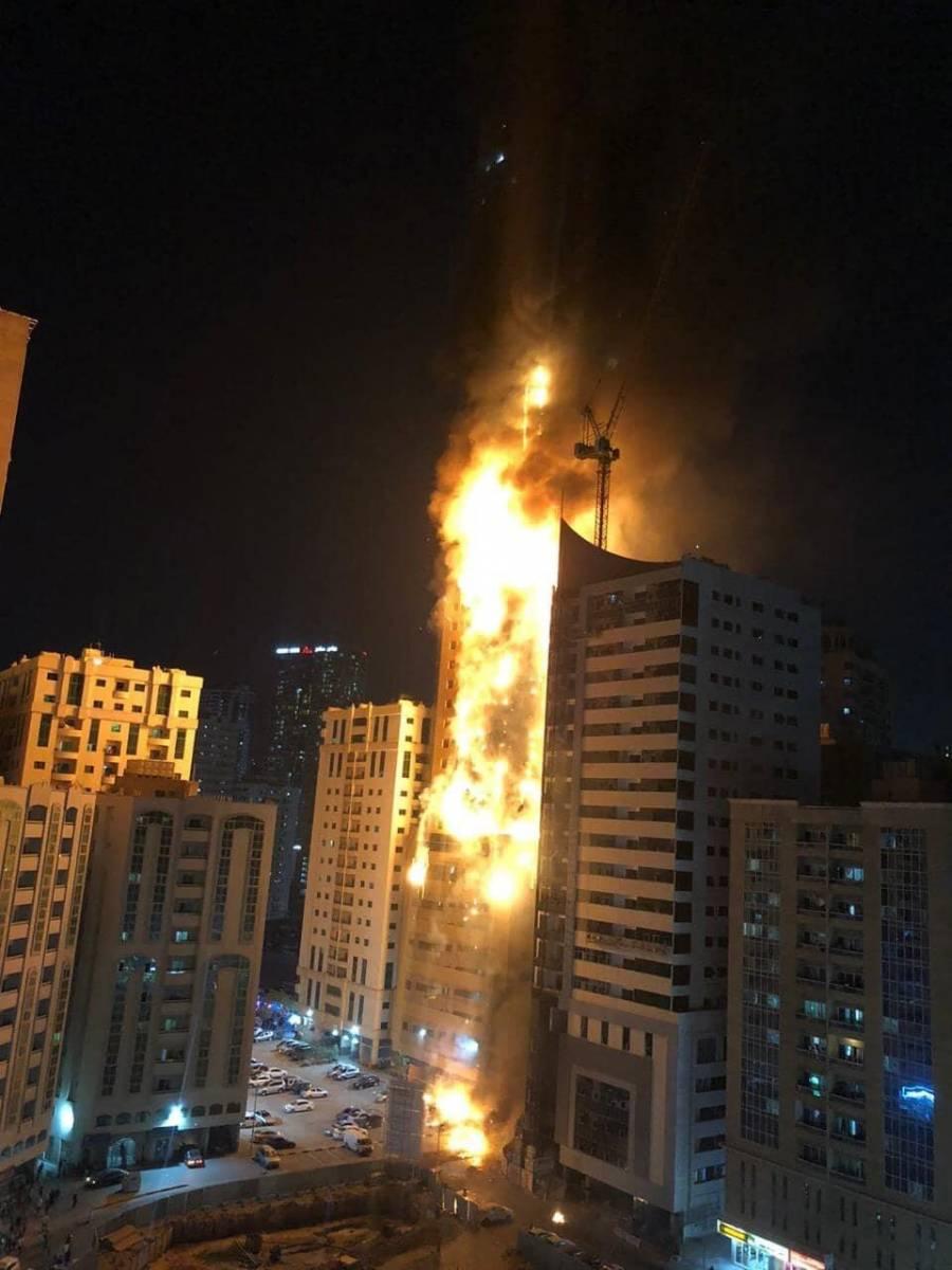Gran incendio en edificio en Emiratos Árabes