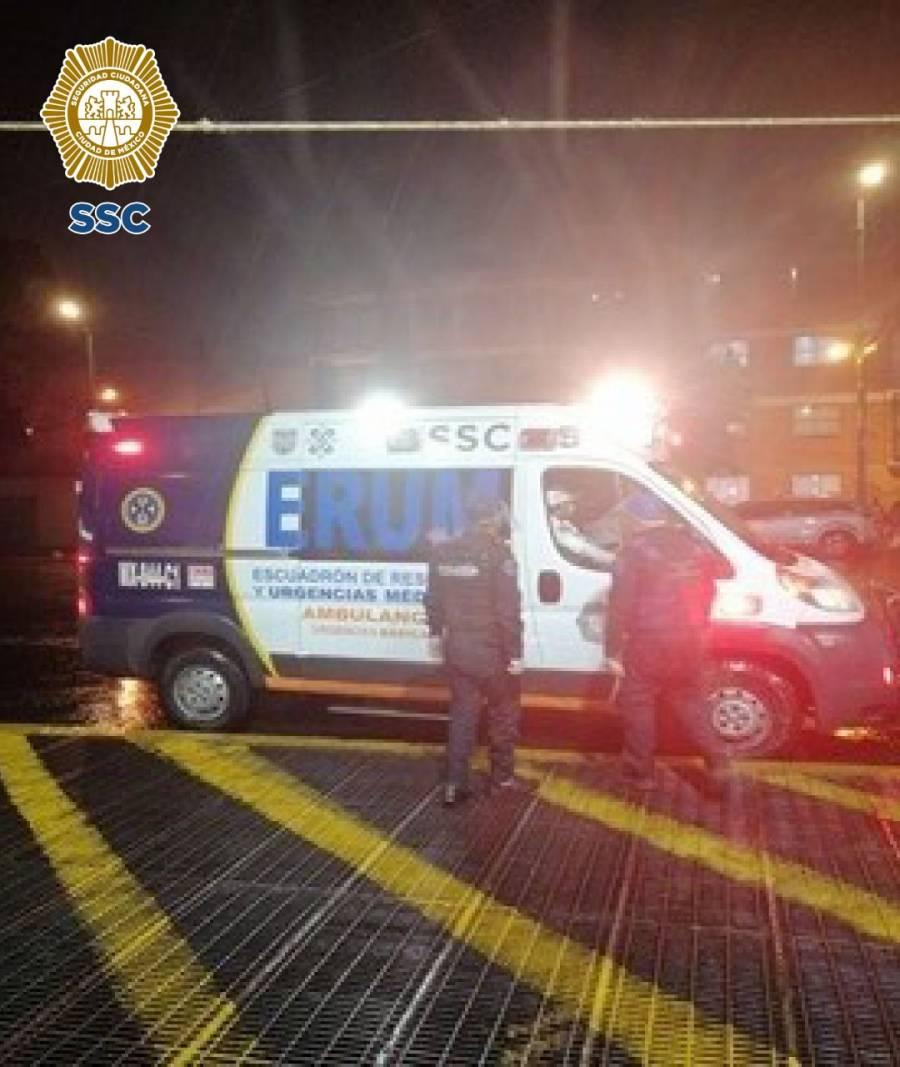 Policías auxilian a un individuo con posibles síntomas de Cóvid-19 en CDMX