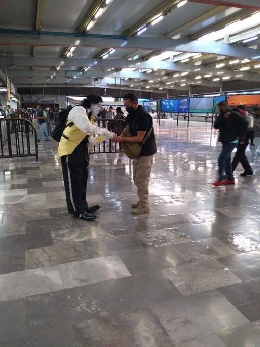 Payasos en el Metro de la CDMX reparten cubrebocas y gel antibacterial