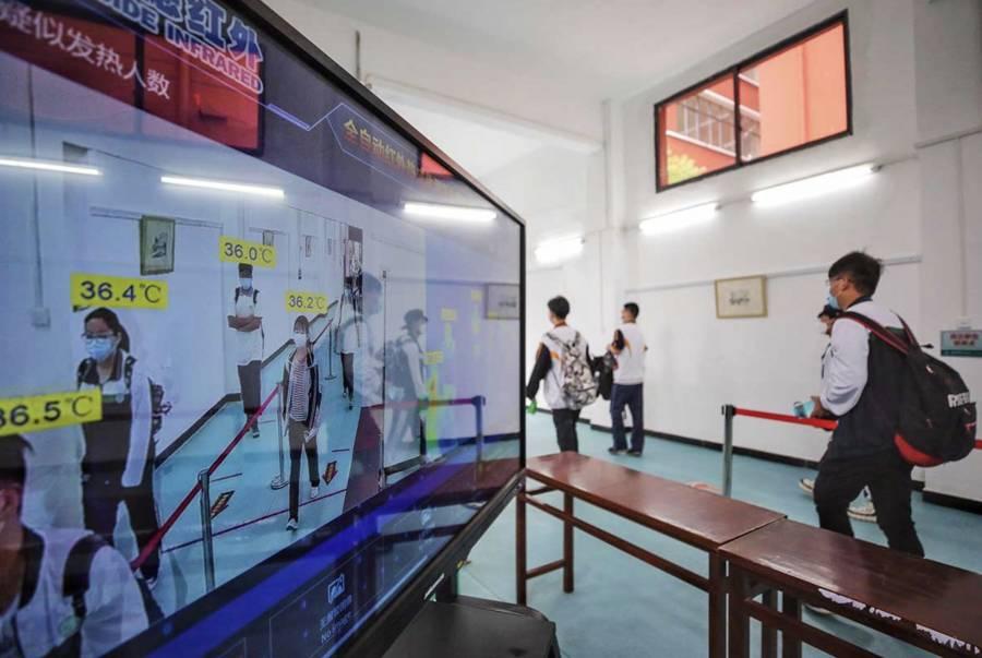 """""""Por fin recomienza la escuela"""": celebran en Wuhan"""