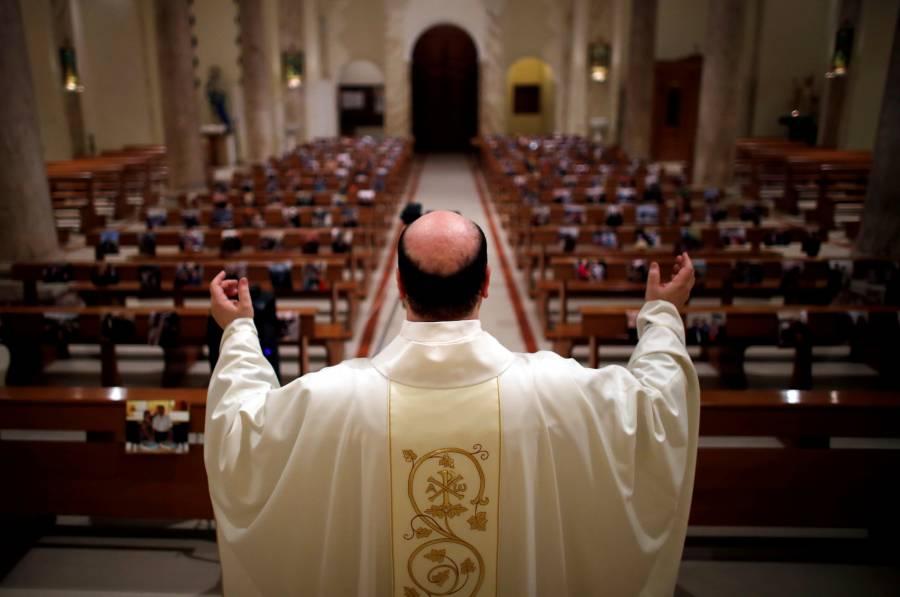 Con cubrebocas y sin agua  bendita… misas en Italia