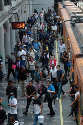 Urgen renuncia de funcionario del Metro por exponer a personal a COVID-19