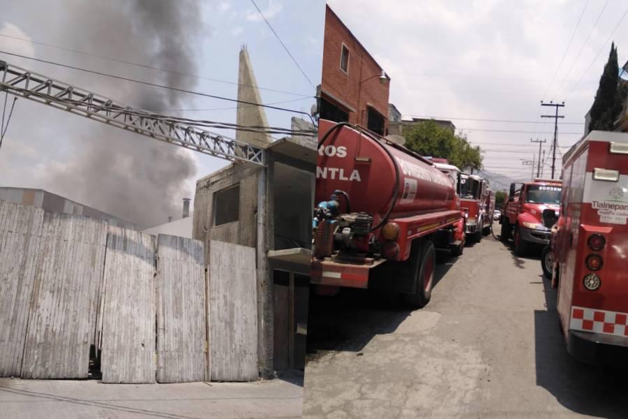 Se registra incendio en fábrica de hules de Tlalnepantla