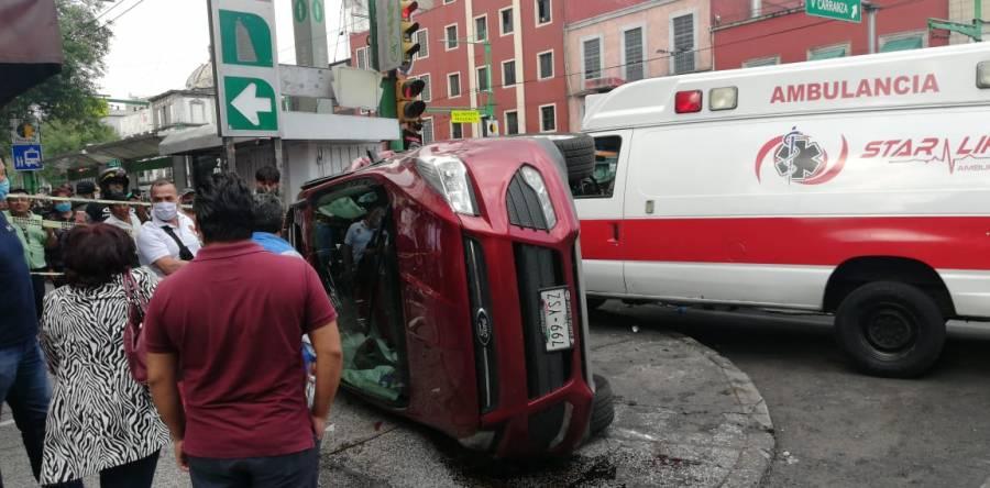 Ambulancia choca y vuelca camioneta
