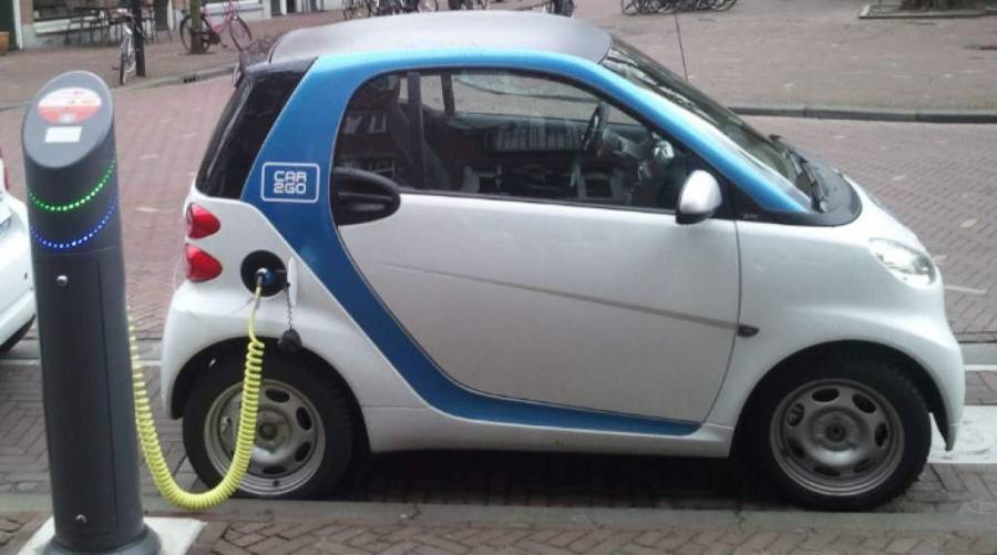 Desarrollan tecnología que permitirá la carga de autos eléctricos en movimiento