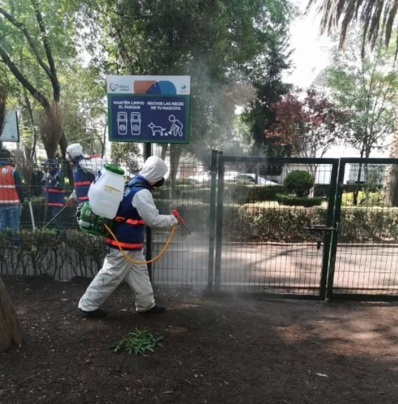 Sanitizan mercados y parques públicos en Benito Juárez