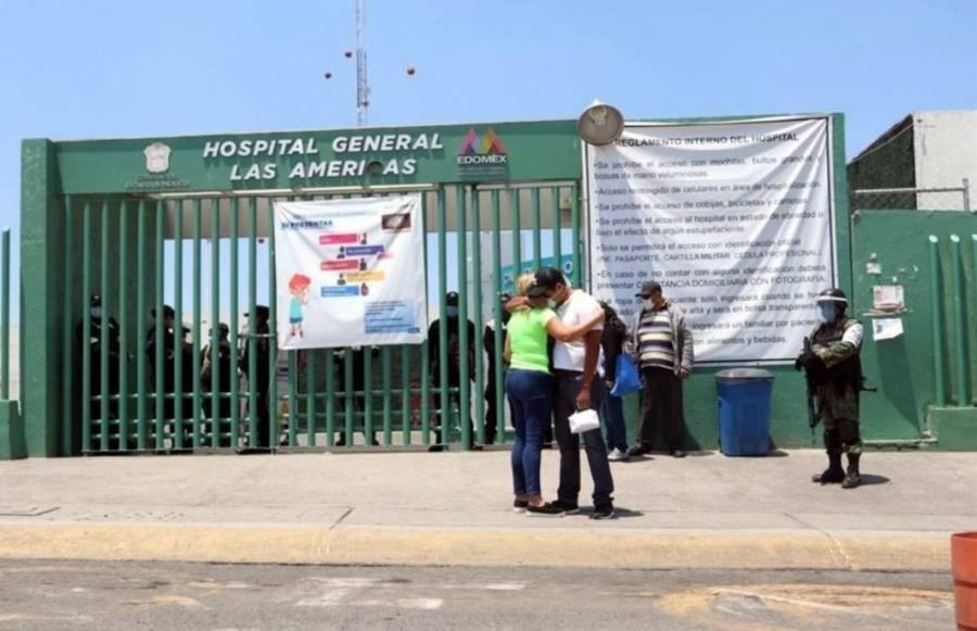 AL LLEVAR A ENFERMA CON COVID, HOMBRE CHOCA CONTRA REJAS DE HOSPITAL LAS AMÉRICAS EN ECATEPEC