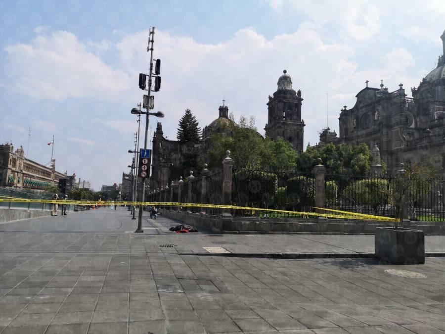 Hombre se desvanece y fallece en el Zócalo, sospechan que tenía coronavirus