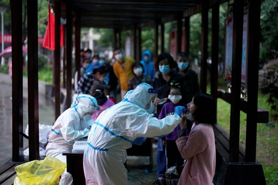 Habitantes de Wuhan se someten a pruebas masivas de Covid-19