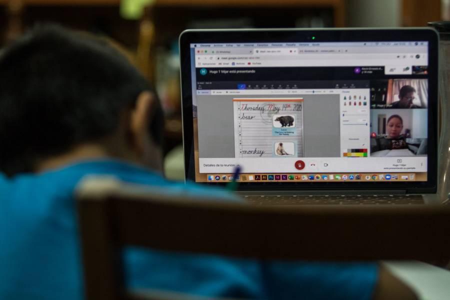 Maestros festejan su día con clases en línea