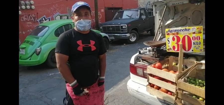 Vendedor adapta su auto por restricciones a tianguis