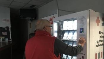Distribuyen en máquinas de comida  chatarra cubrebocas, guantes, gel…