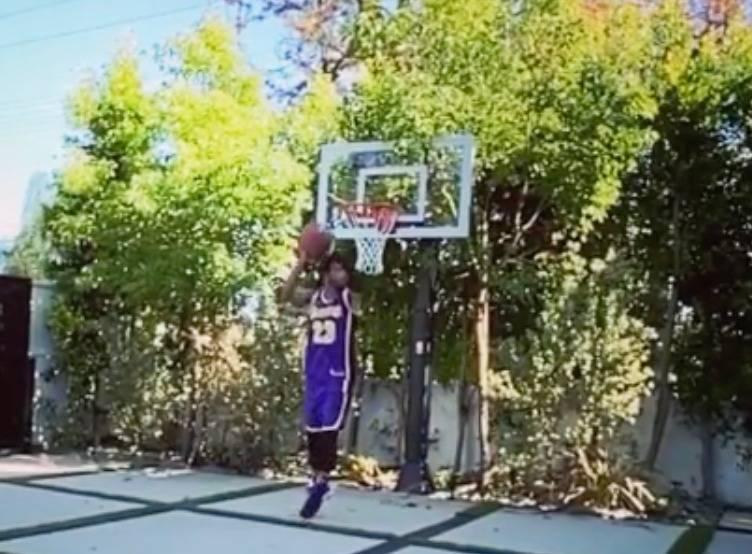 Al estilo de clavadas de NBA, Carlos Vela demuestra dotes de basquetbolista