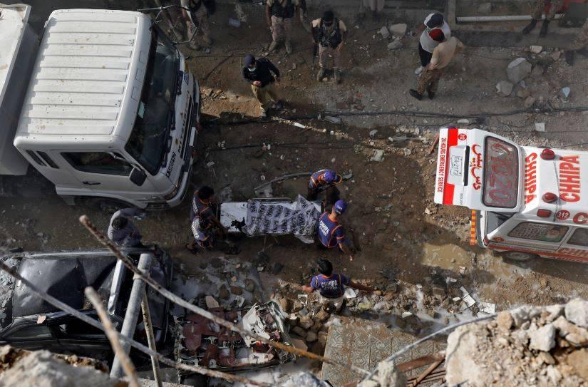 Un avión con 107 personas a bordo se estrella en Pakistán