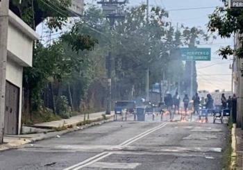 Encapuchados lanzan bombas molotov en el CCH Sur