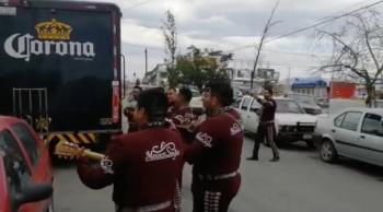 Reciben con mariachi a camión de cerveza en Tamaulipas