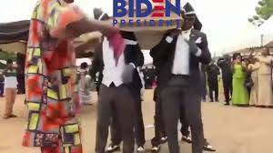 Se burla Donald Trump de Joe Biden con un video de sepultureros africanos