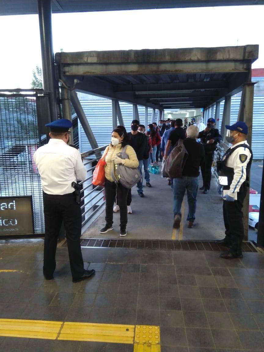 Usuarios de Metrobús acatan nuevas medidas