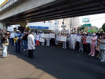 Para exigir insumos, personal médico bloquea Avenida Universidad