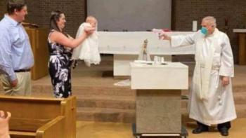 Sacerdote bautiza a bebé con una pistola de agua