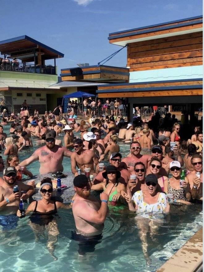 Pero miles asisten a una  pool party… en Missouri