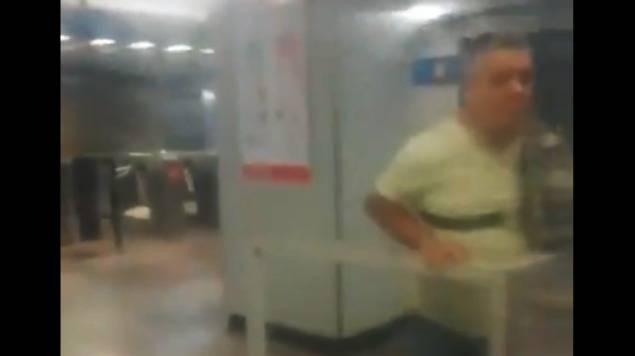 Escupen a taquillera del Metro