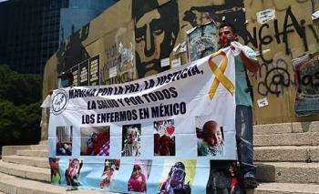 Papás de niños con cáncer inician huelga de hambre