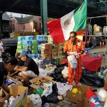 Topos 'rescatan' con despensas a migrantes