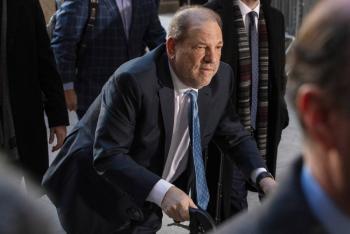 Acusan a Harvey Weinstein de cuatro delitos sexuales