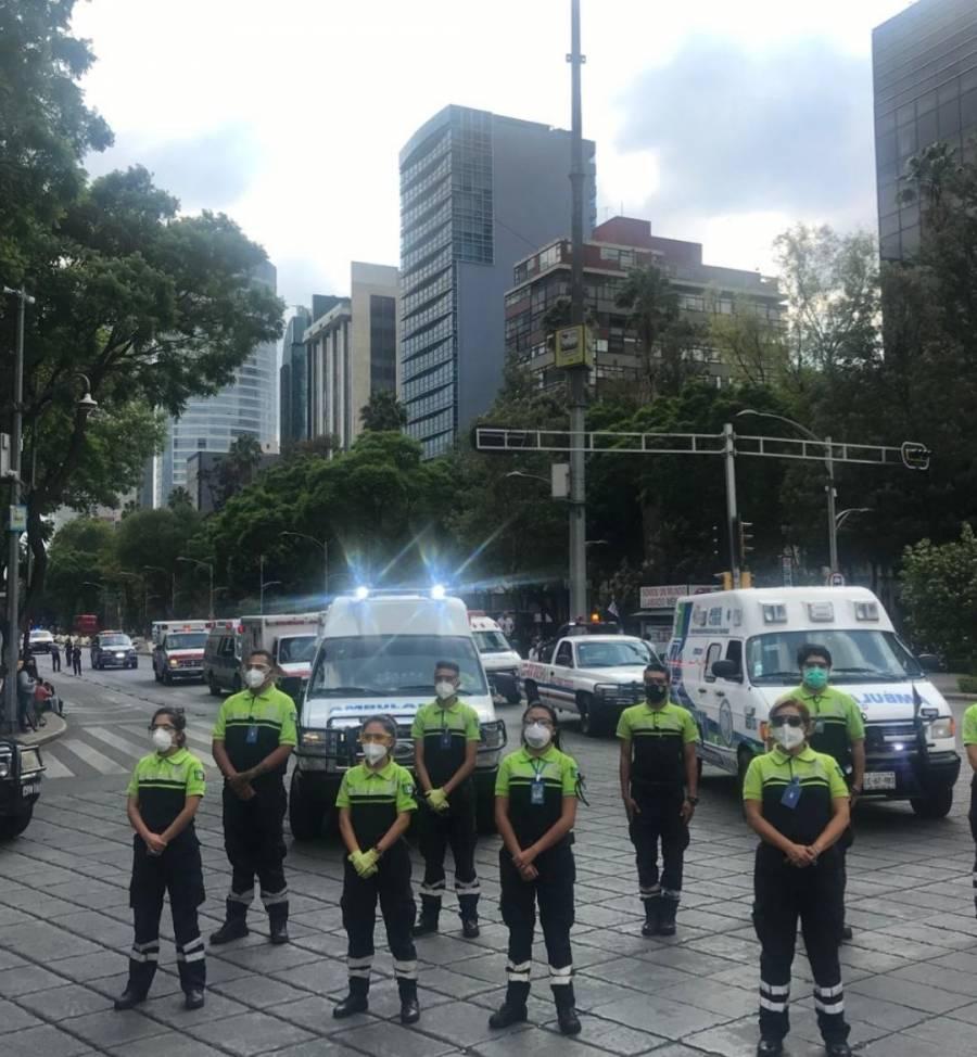 Paramédicos homenajean a compañeros muertos por Covid con caravana